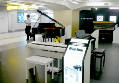 04浜松駅構内のピアノ展示.jpg